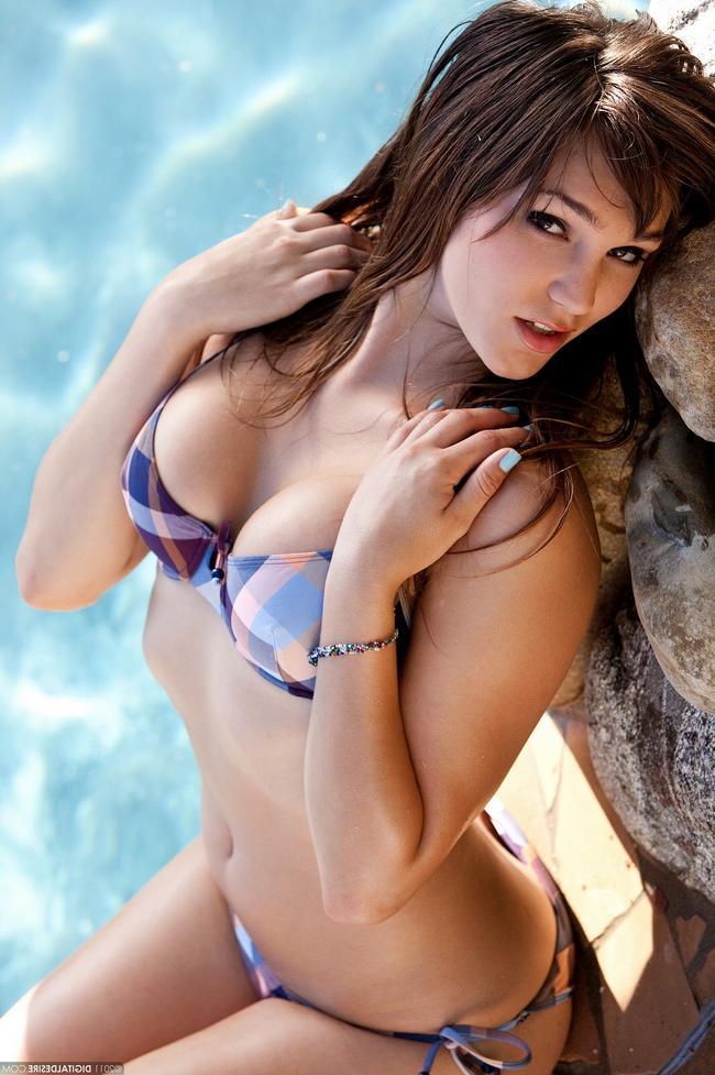 Holly Michaels у бассейна секс фото
