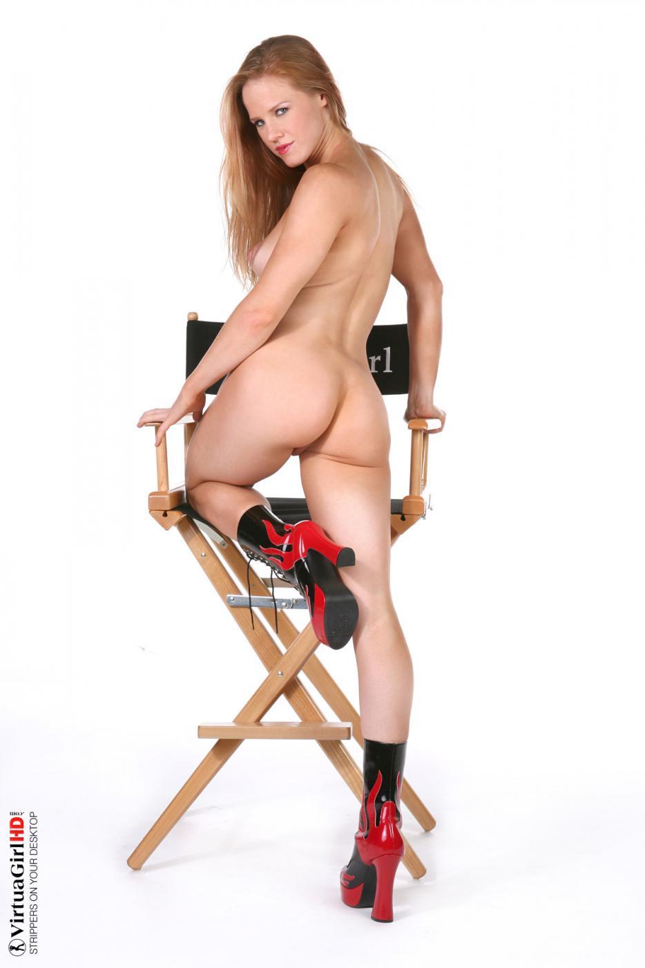 Похотливая сиськастая Suzie Q обнажает тело в красивом белье и обнаженной