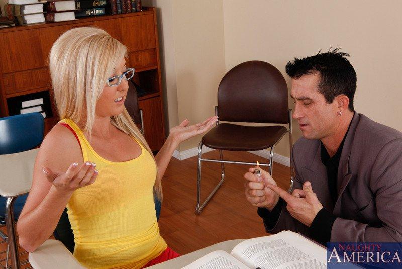 Классная блондиночка в очках Callie Cobra целует писюн и лает вагину заполнить по самые яйца
