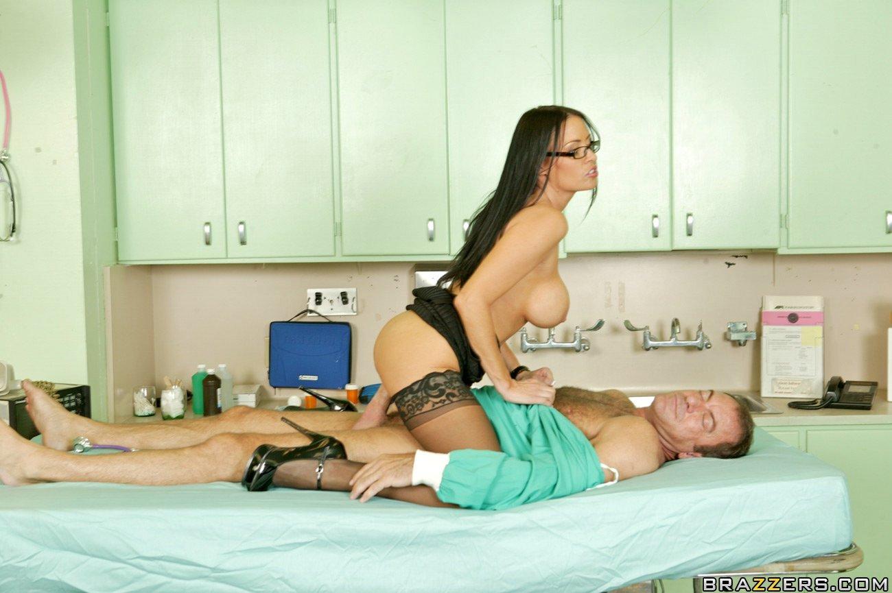 Возбуждающая докторша Vanilla Deville в гетрах и очках трахает пациента