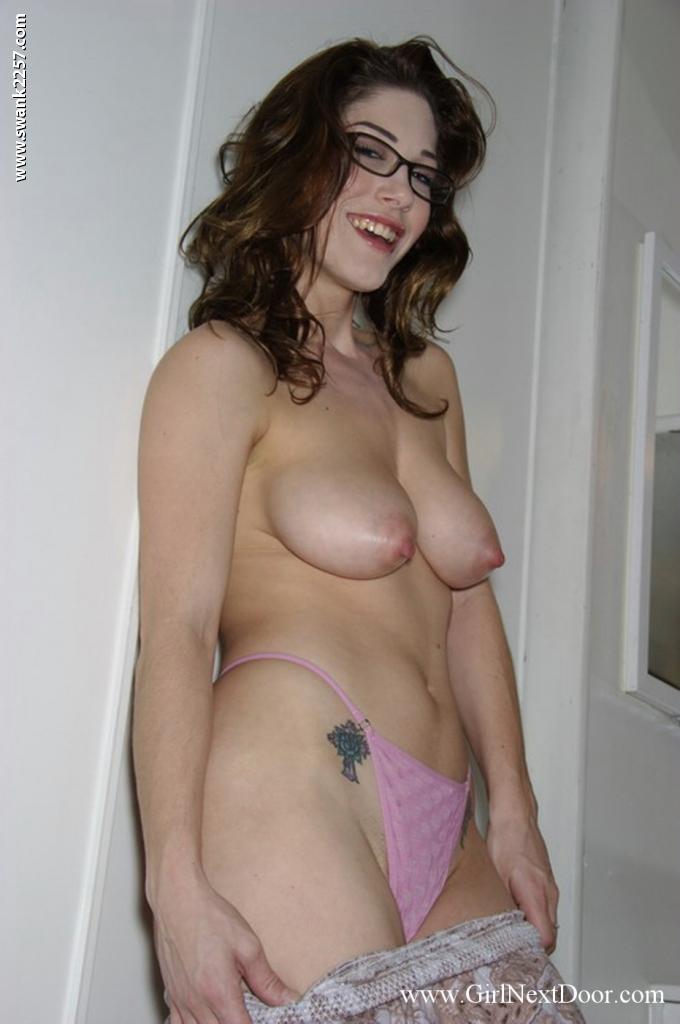 Грудастая шатенка в очках Katie Marie снимает платье и розовое белье