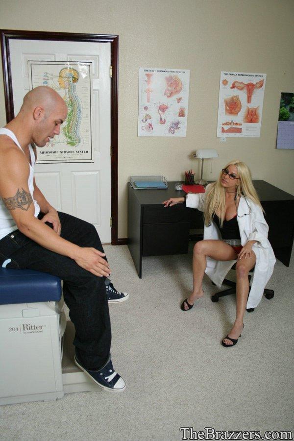 Титястая врачиха в очках Gina Lynn неимоверно возбуждается