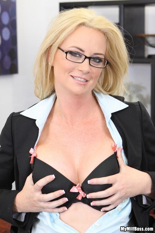 Мамочка-блондинка в очках Camryn Cross снимает лифчик на офисном столике и показывает свою розовую вагину