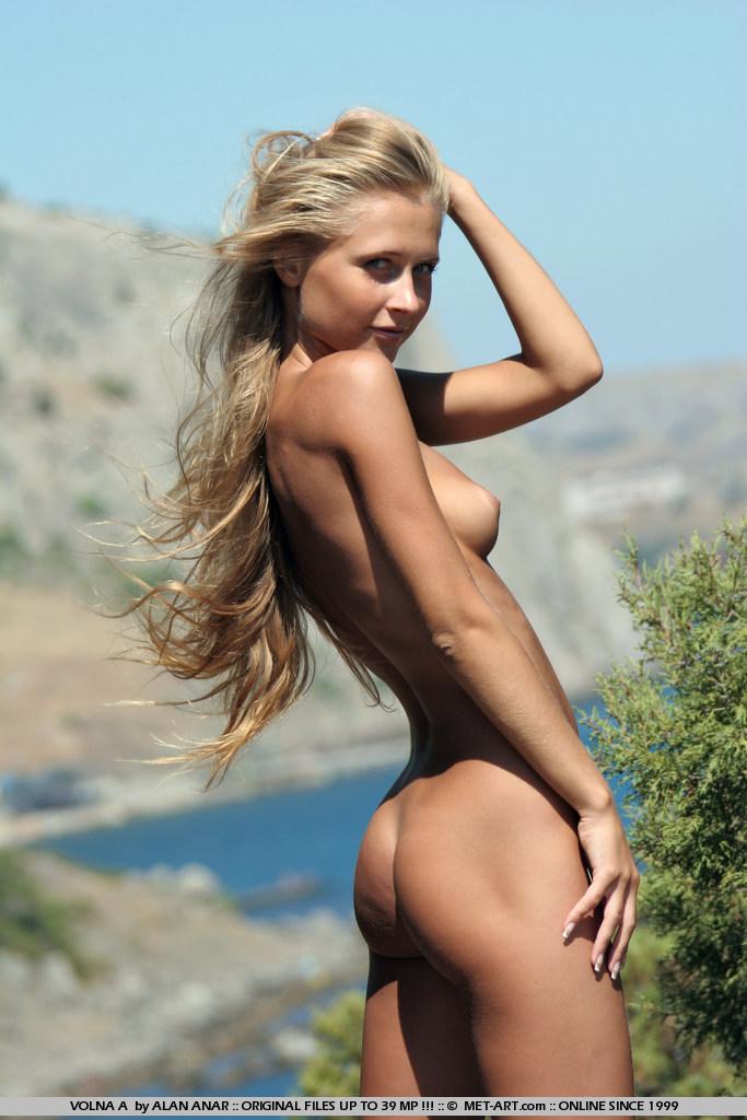 Прекрасная деваха Volna A стягивает свои джинсовые шорты и снимается голой на ветру