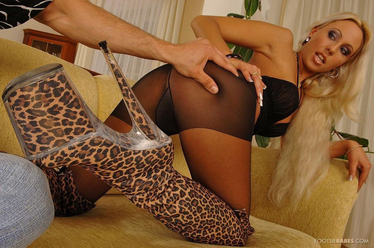 Длинноволосая модель со свелыми волосами Adriana Russo в черных интересных колготках  пробурена горбатым членом