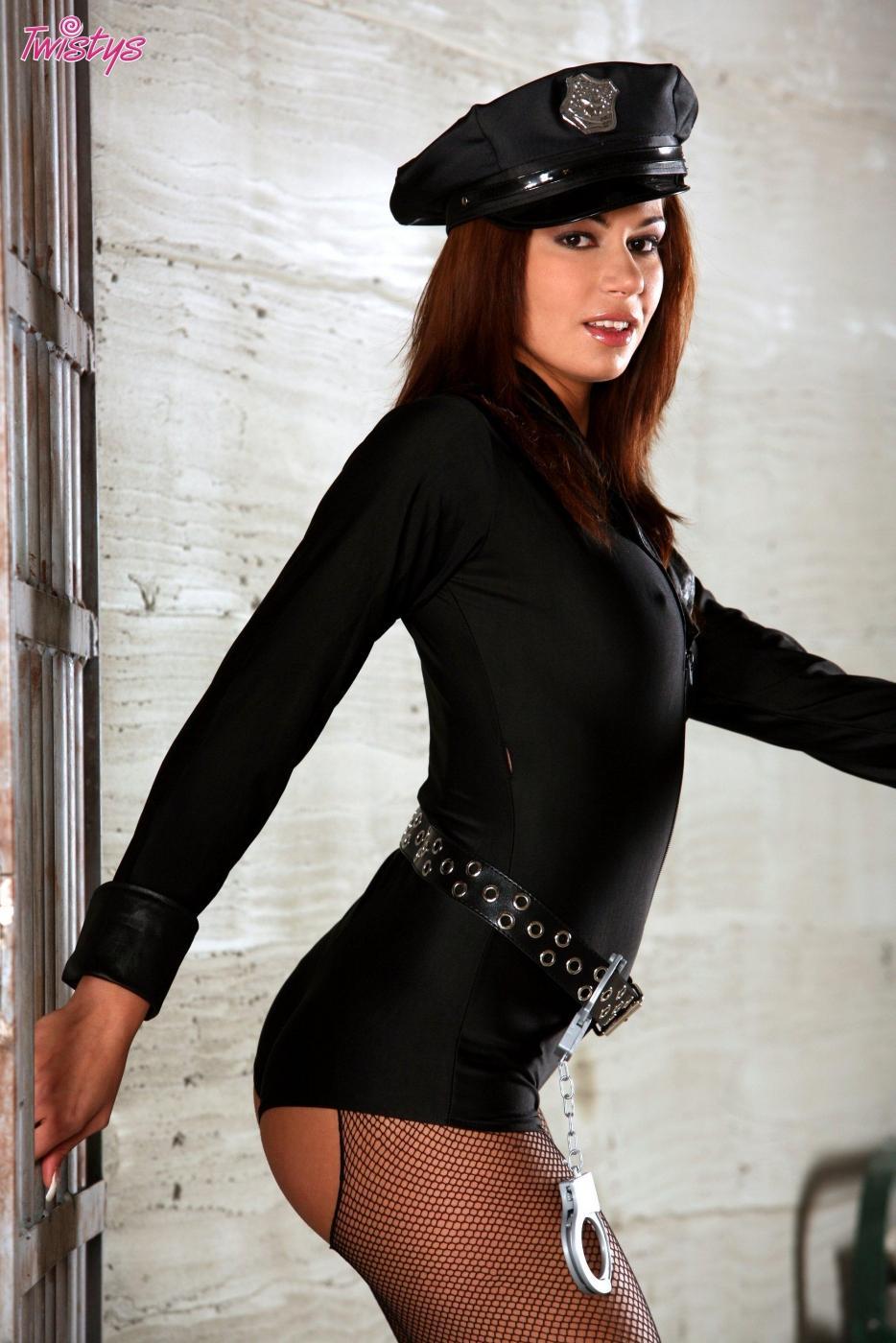 Красивая грациозная девушка-полицейский Cipriana в возбужденных колготках сует игрушку в пизду