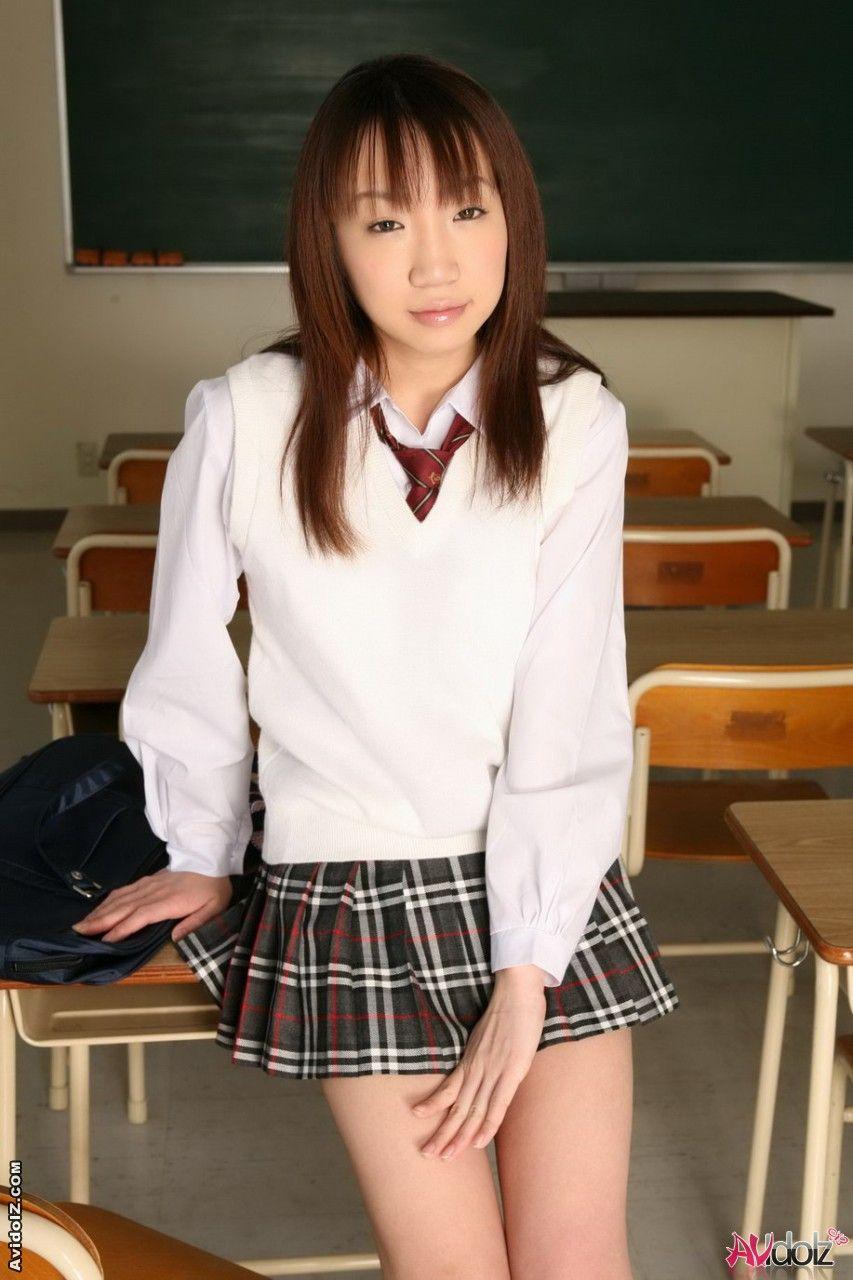 Возбужденная азиатская 18-летняя чика Ai Yumemi в соблазнительной униформе, с задранной юбкой мельком выставляет напоказ дойки