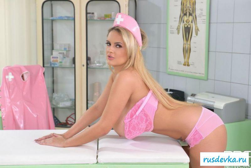 Медицинская сожительница снимает трусики в кабинете