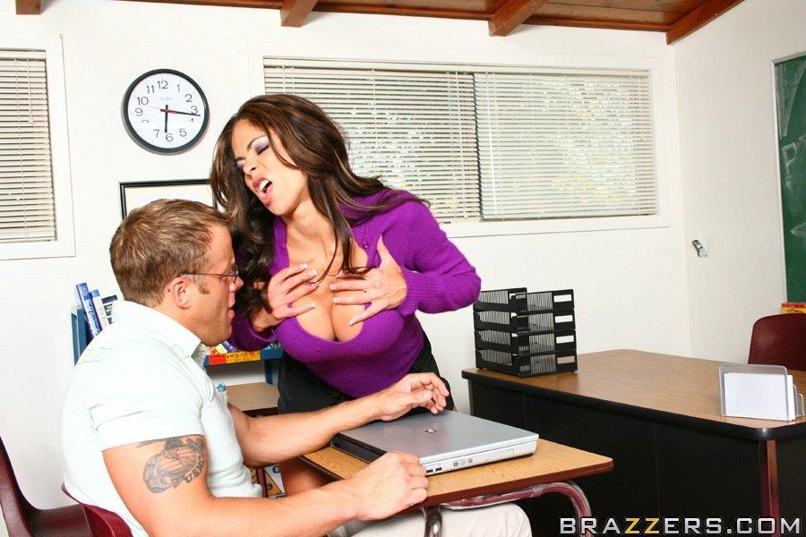 Возбужденная учительница с длинными черными волосами и крупными округлыми дойками Hunter Bryce трахает счастливого студента