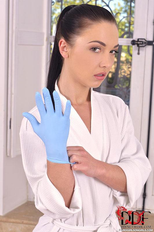 Сексапильная медсестра в перчатках - Angelik Duval, запихивает кулак в очко возбужденной пациентки Billie Star