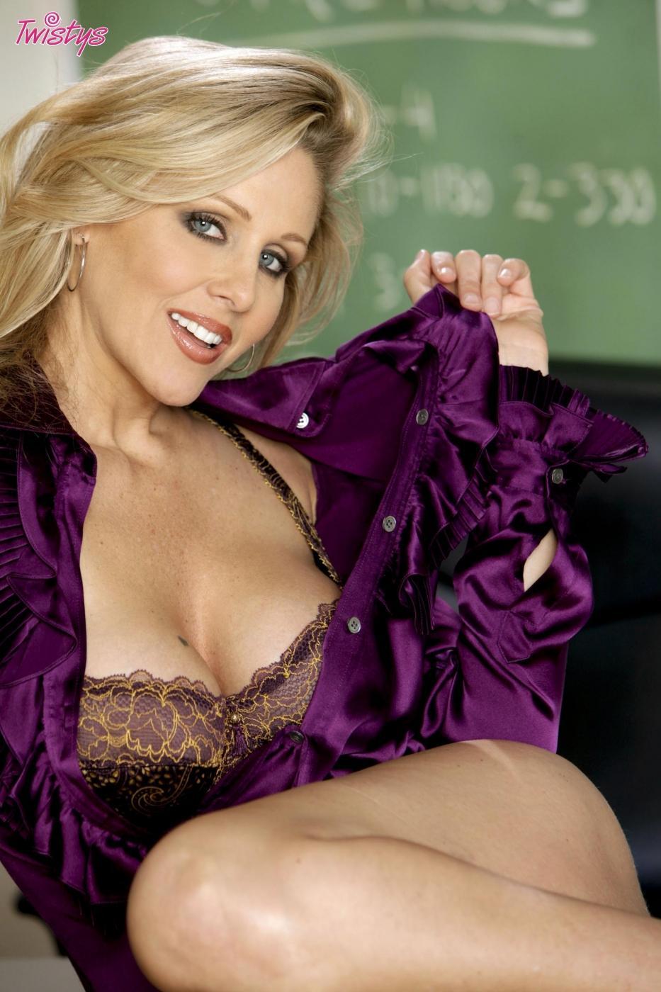 Красивая титькастая взрослая преподавательница Julia Ann раздевается полностью на парте