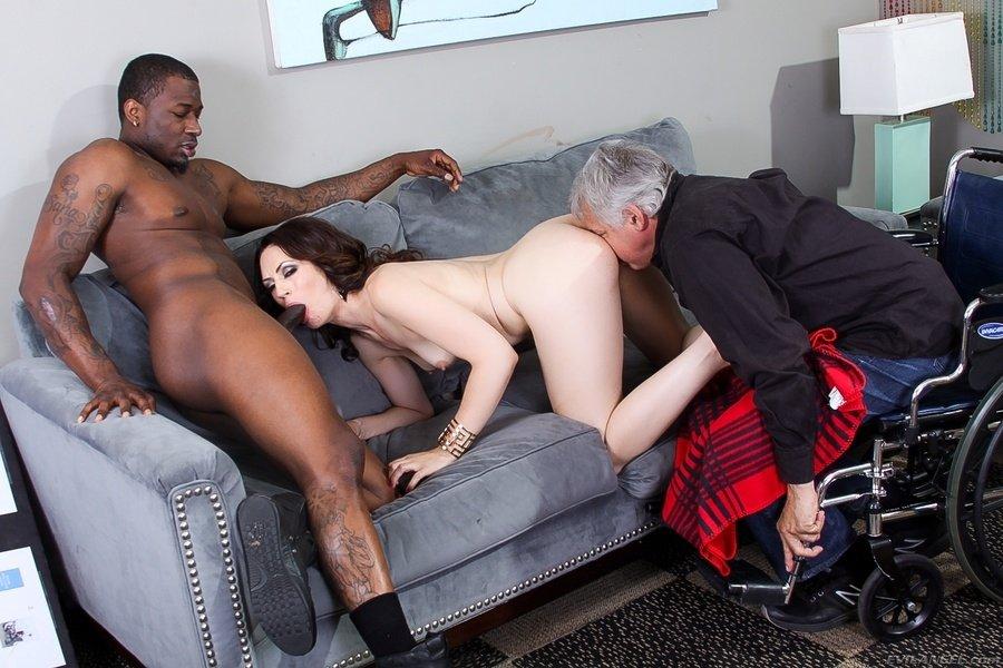 Зрелый муж наблюдает за тем, как афро трахает на диванчике темноволосую красотку