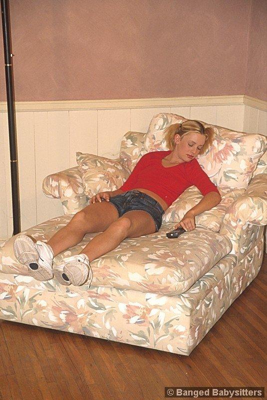 Крутая блонди познакомилась с 2-мя парнями и получила двойное проникновение в своей квартире