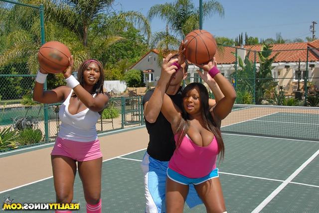 Баскетбол с 2-мя негритянками