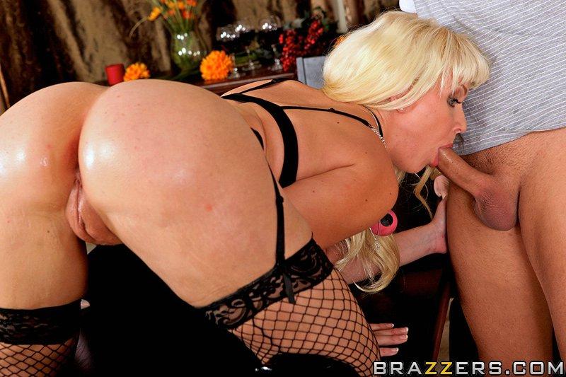 Взрослая блондинка испортила блюдо и заслужила членом в жопу на столе секс-фото