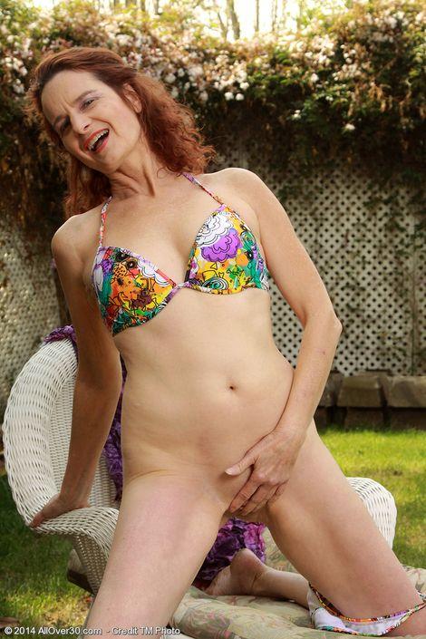 Соблазнительная взрослая мамка Gloria M делает селфи с голой вагиной на открытом воздухе ххх фото