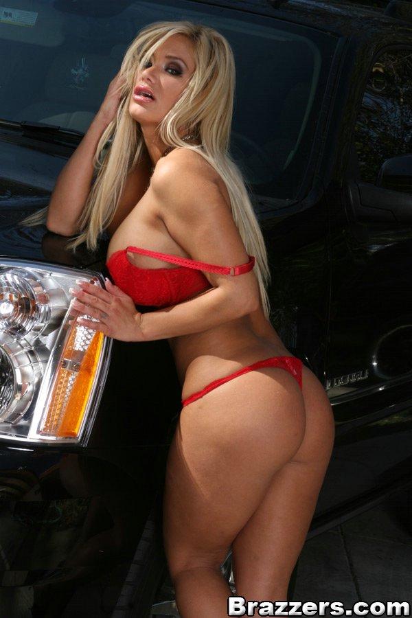 Шальная проститутка показала пикантные места у автомобиля фото порно