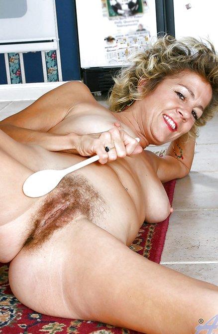 Стройная тетка с небритой мандой фоткается на кухне