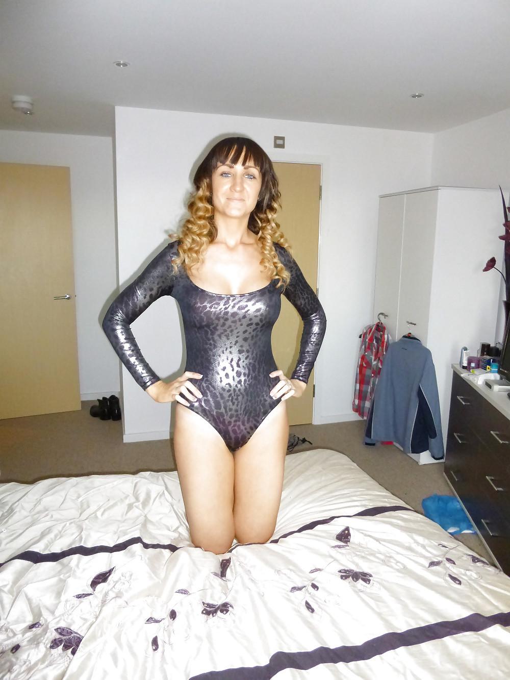Трейси лежит в постели в разных сексуальных нарядах
